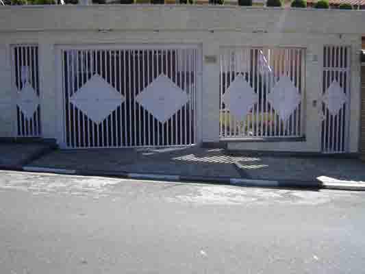 Portões com detalhes decorativos diversos.